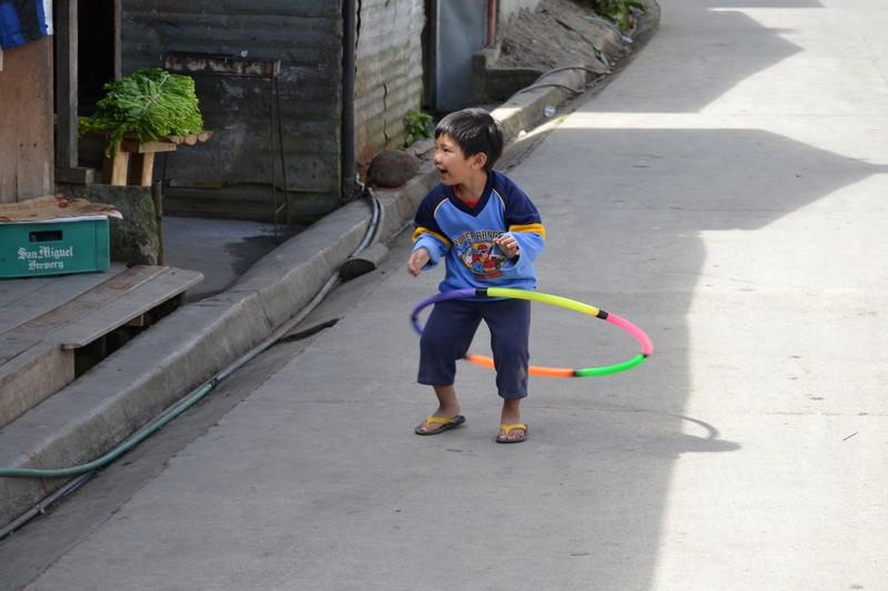 spelend jongetje